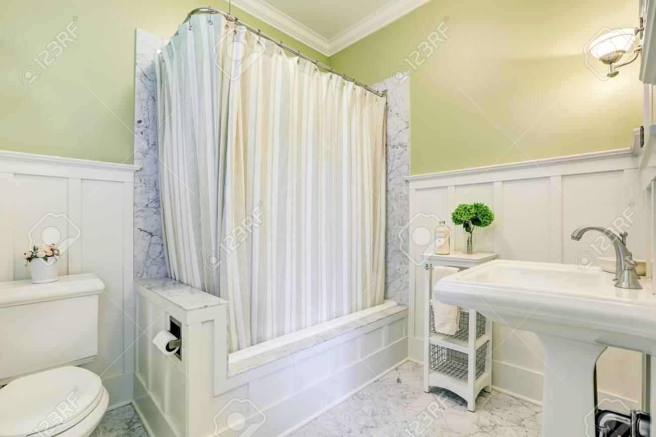 belle salle de bain en marbre avec baignoire, douche, lavabo et