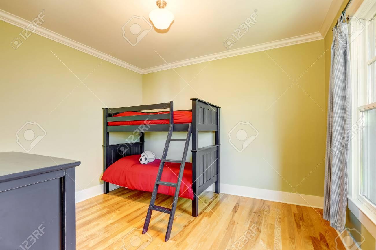 Etagenbett Jungs : Leere jungen schlafzimmer mit schwarzen etagenbett und rote