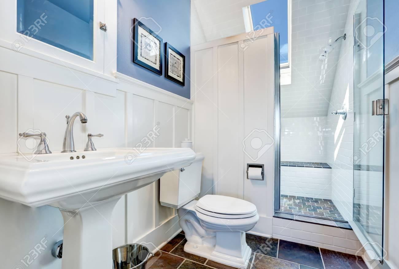 Rafraîchissant salle de bains design bleu avec carrelage en pierre.  intérieur à l\'étage avec plafond voûté et puits de lumière. Northwest,  États-Unis