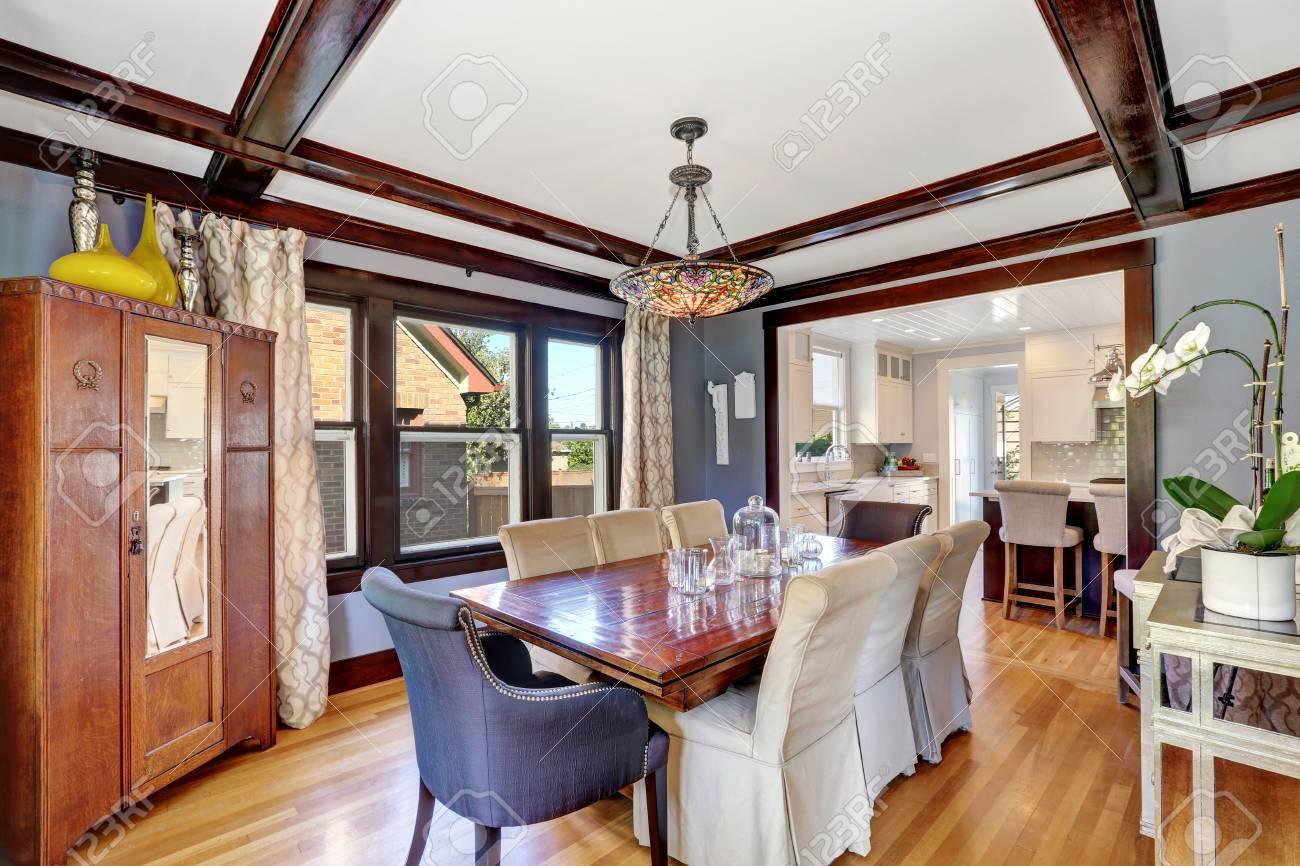 Gran interior comedor con muebles de época: mesa y sillas con cubiertas  blancas, mueble de estilo rústico de edad. También el estilo vintage araña  de ...
