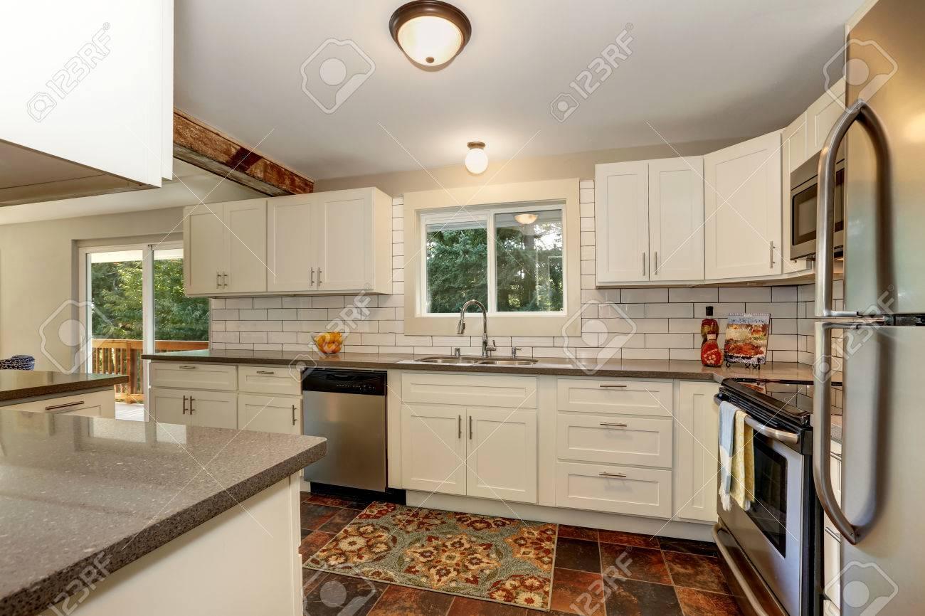 Interior De La Cocina Sencillo Y Práctico Con Gabinetes Modernos ...