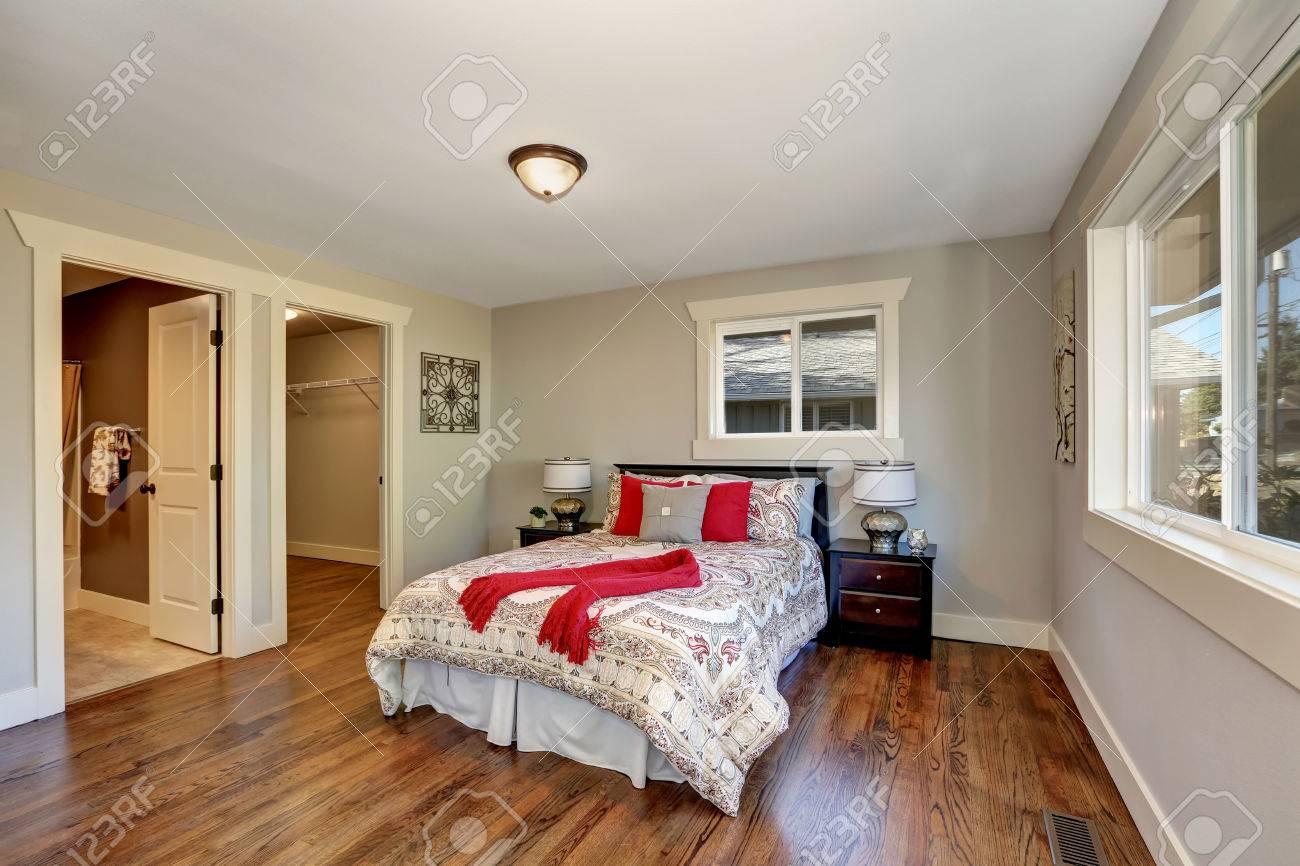 Mit Blick Auf Ordentlich Schlafzimmer Mit Holzboden Und Bunten Bett