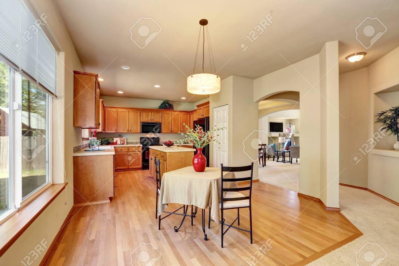 Keuken Kleine Kleur : Amerikaanse klassieke crèmekleurige luxe keuken met uitgerust
