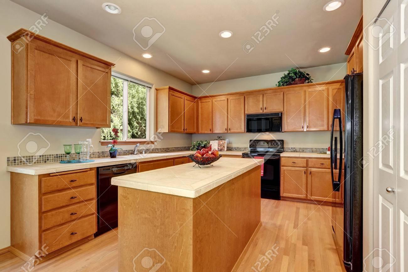 Amerikanischen Klassischen Cremefarbenen Luxus Küche Mit Einbaugeräten  Schwarz Und Eine Große Küche Insel. Northwest