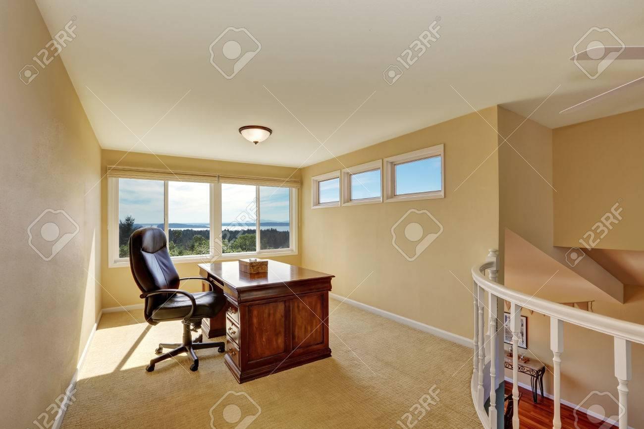 Conception d intérieur de bureau à la maison d étage dans les tons