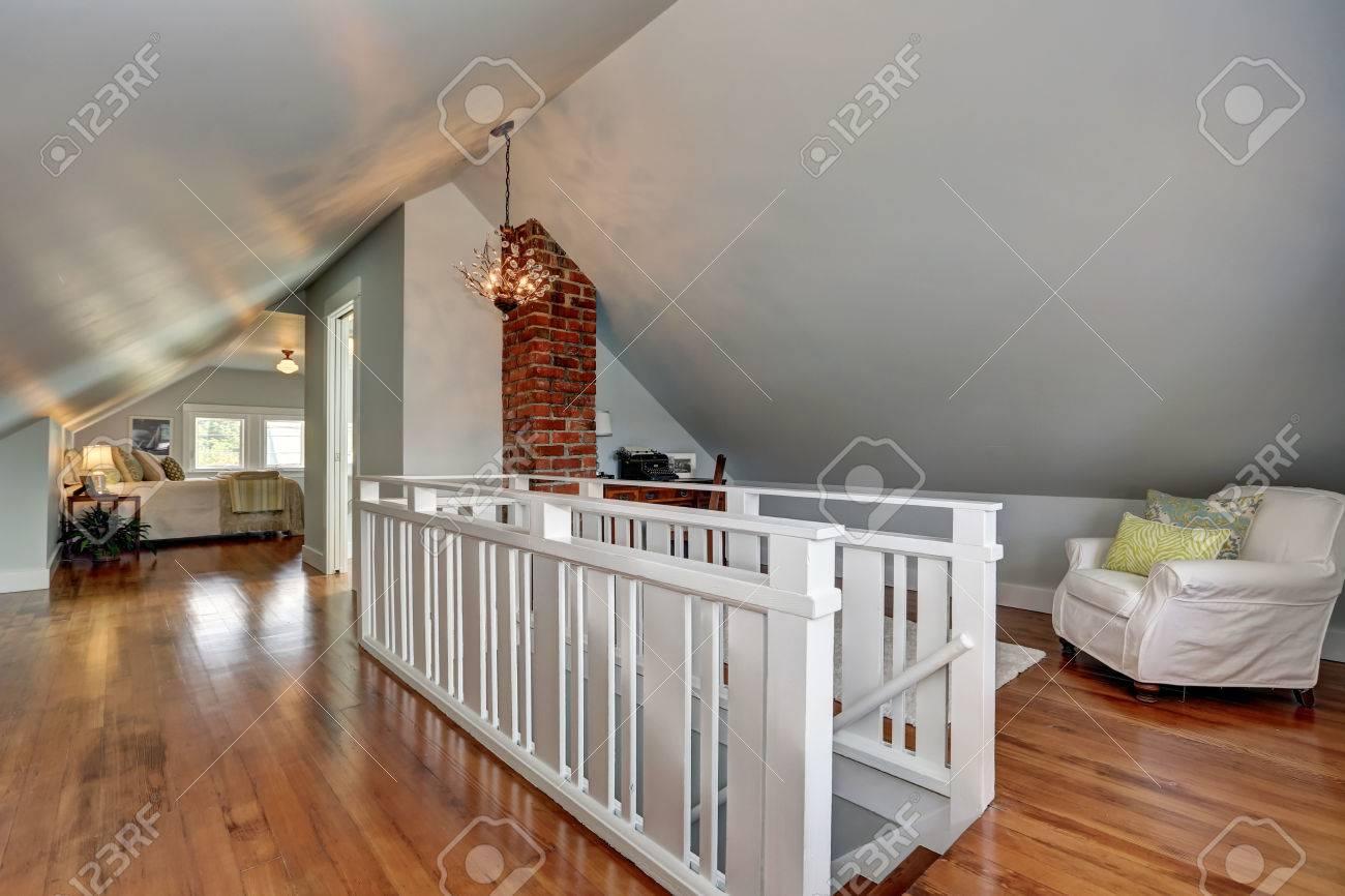 Interior De La Habitación De Arriba Con Piso De Madera Y Techo ...