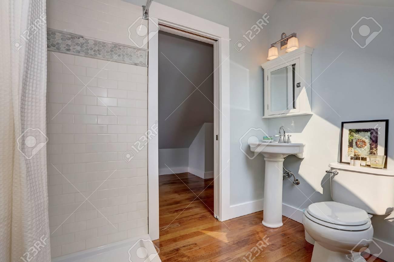 Interior design del bagno artigianale con un lavandino a colonna