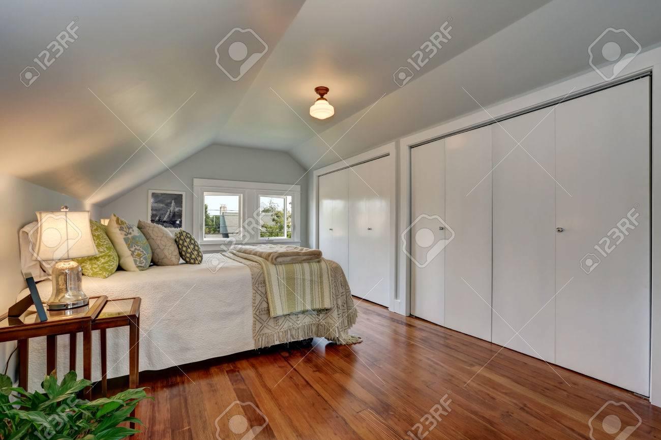 Dachgeschoss Schlafzimmer Interieur Mit Gewölbter Decke Und ...