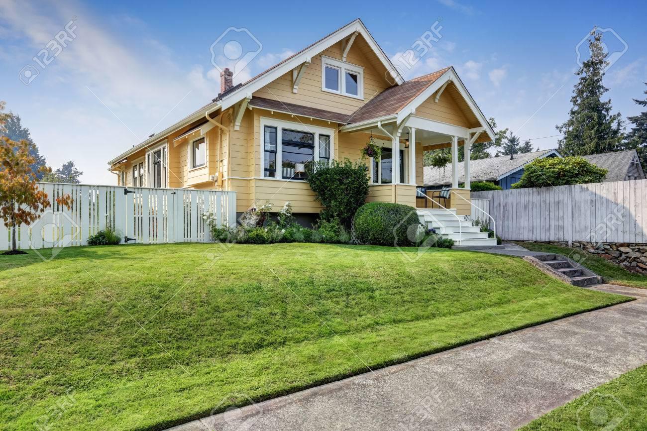 Americain Maison maison de l'artisan américain avec peinture extérieure jaune et