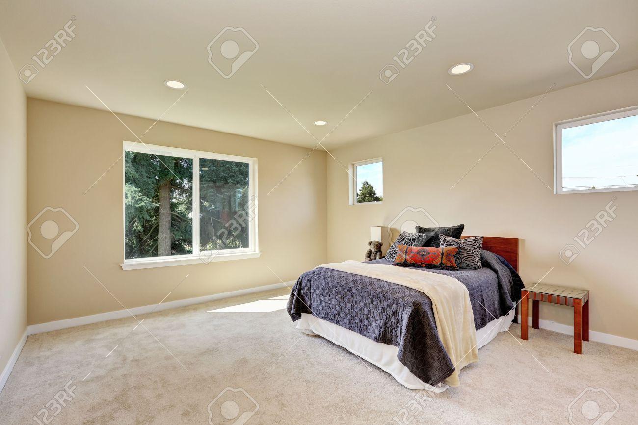 Foto De Un Pequeno Artesano Dormitorio Principal Con Paredes De - Dormitorios-beige