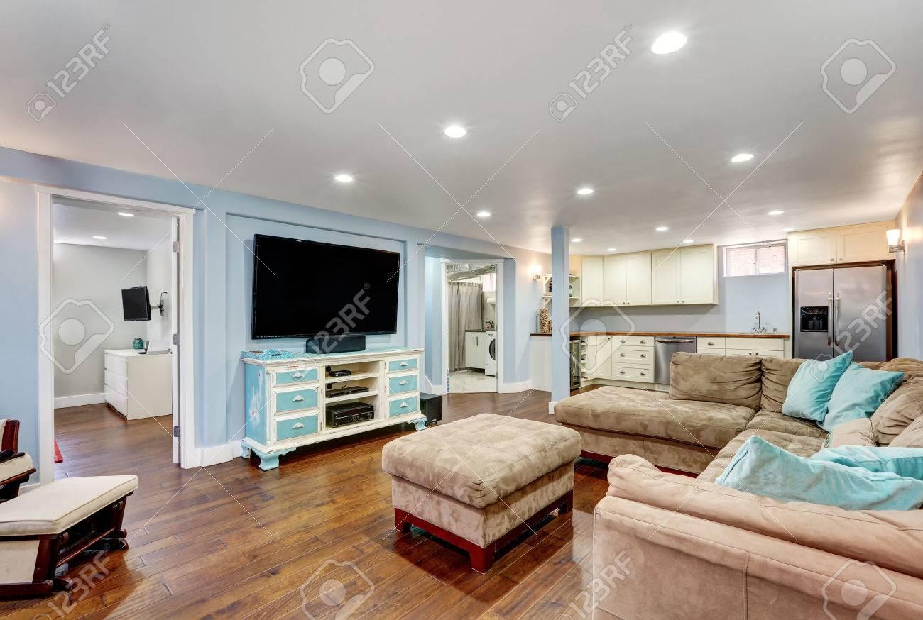 Paredes Azules En Colores Pastel En El Interior Del Sótano Sala De ...