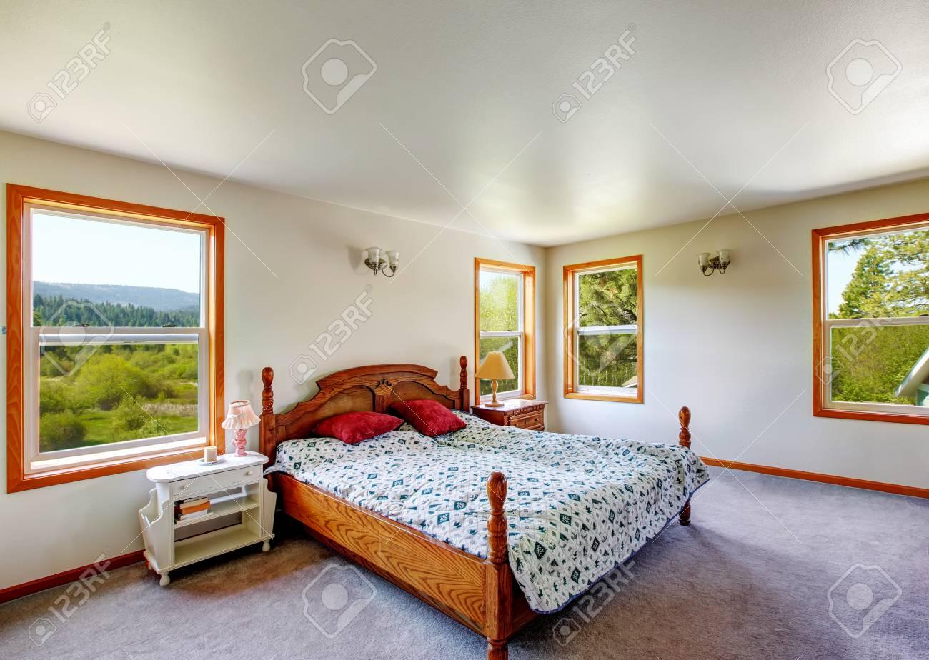 Weiss Schlafzimmer Interieur Mit Holz Geschnitzten Bett Und