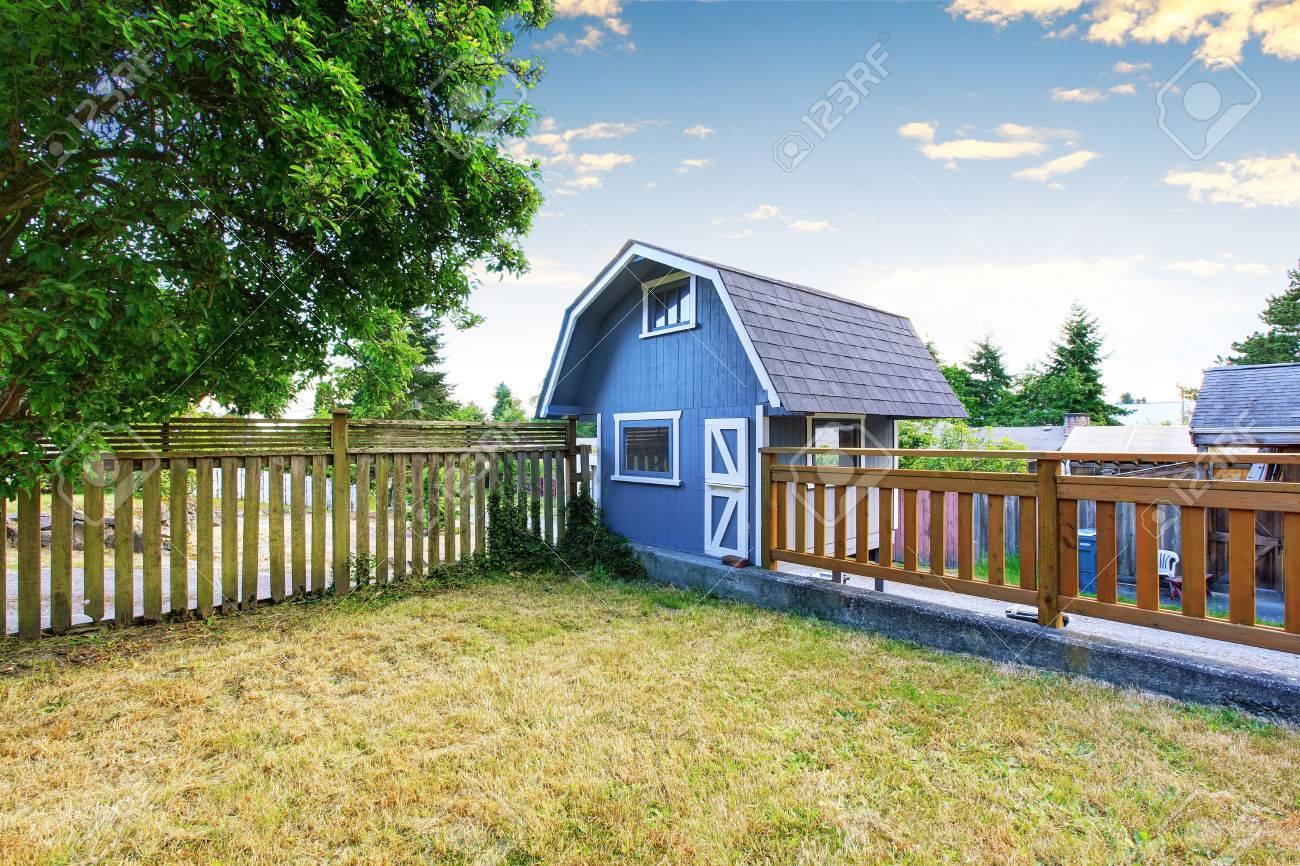 Haus Garten Auf Hinterhof Mit Kleinen Blauen Scheune Schuppen Und
