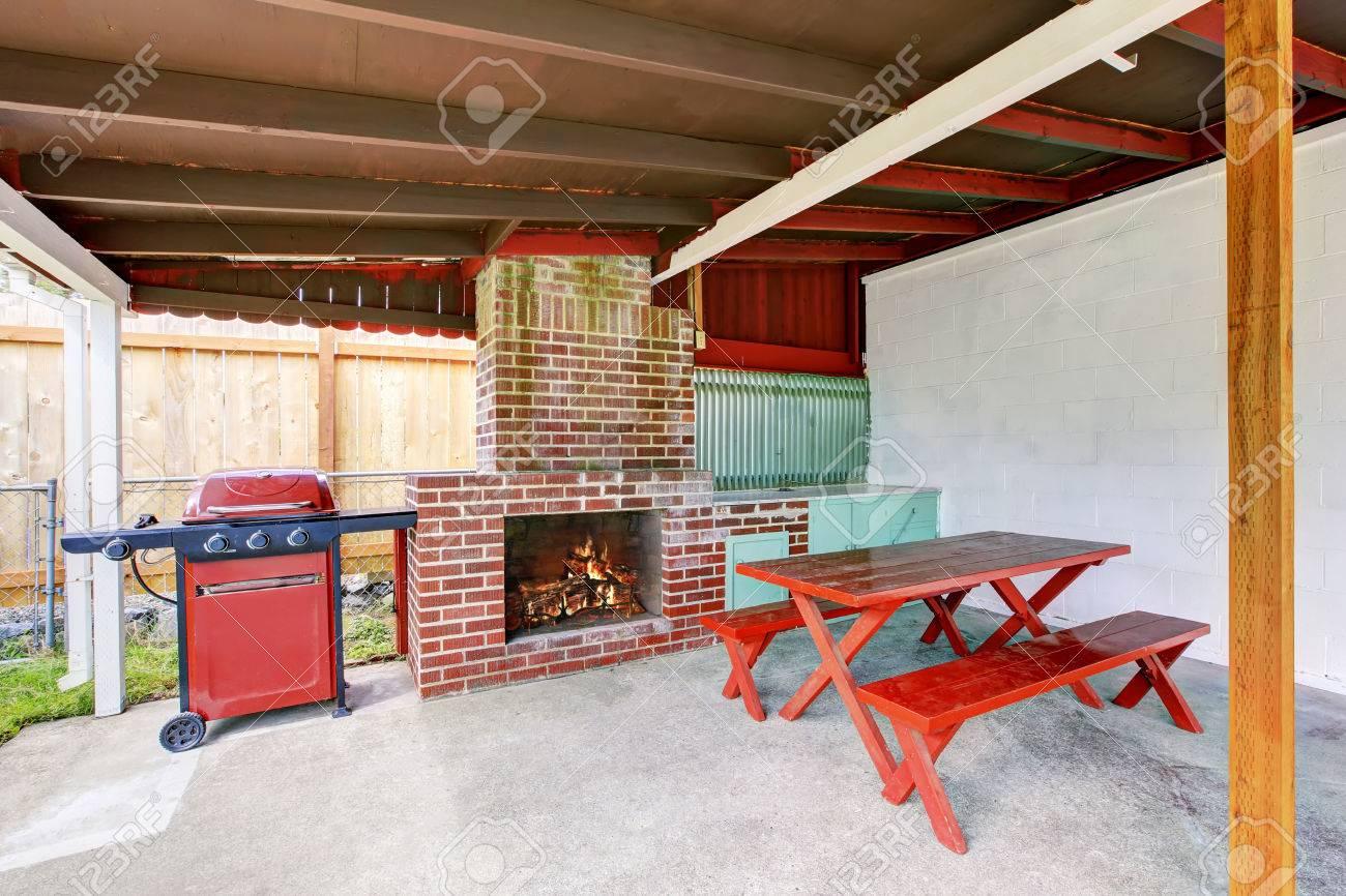 Aussen Uberdachte Terrasse Mit Gemauerten Kamin Und Mobel Holzdecke