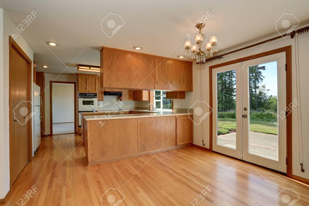 Offene Grundriss. Küche Innenraum Mit Schränke Aus Holz Und ...