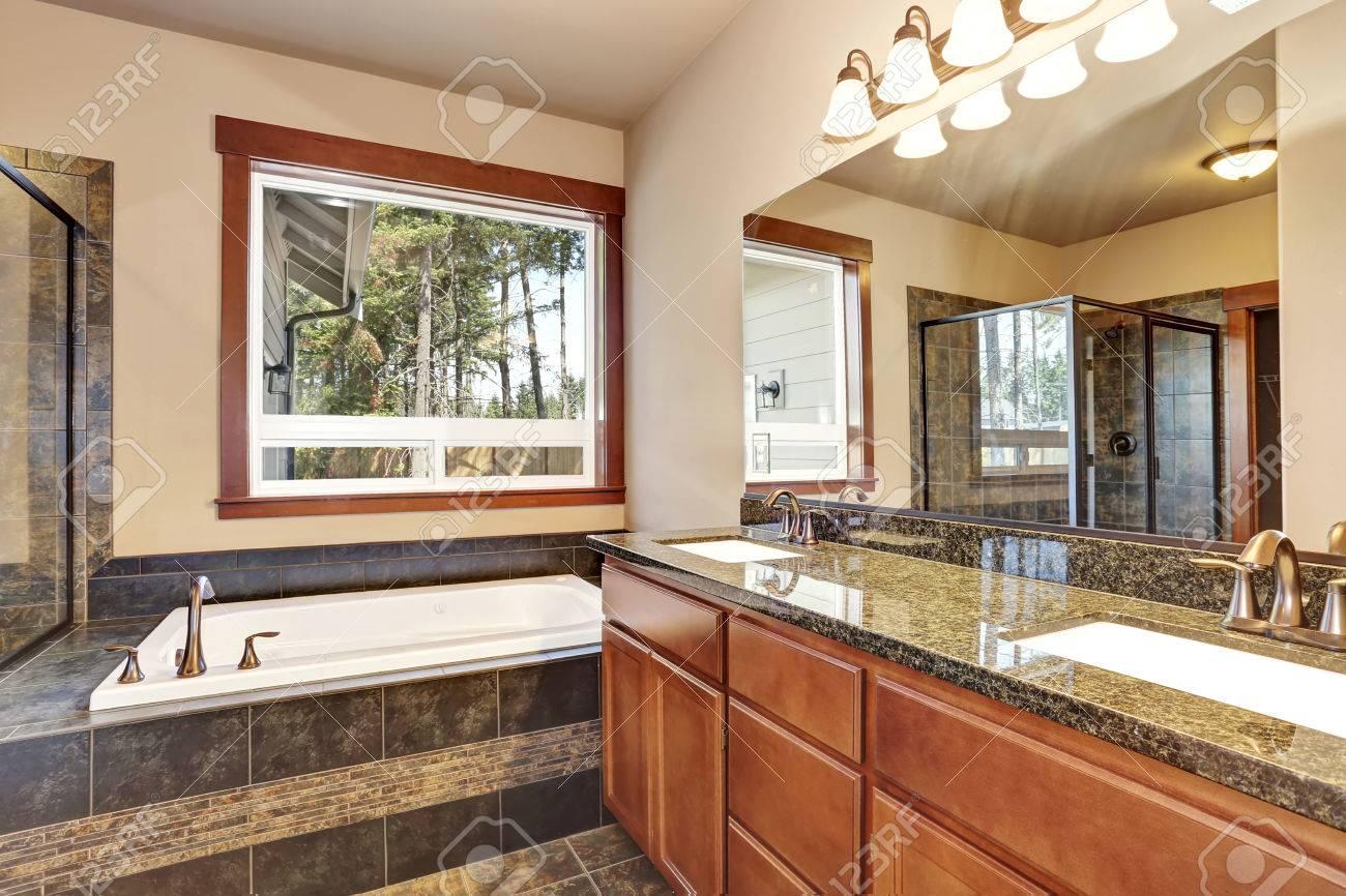 Salle de bains intérieure de luxe avec meuble-lavabo avec comptoir en  granit et un grand miroir. Vue de bain blanc baignoire. Northwest,  États-Unis