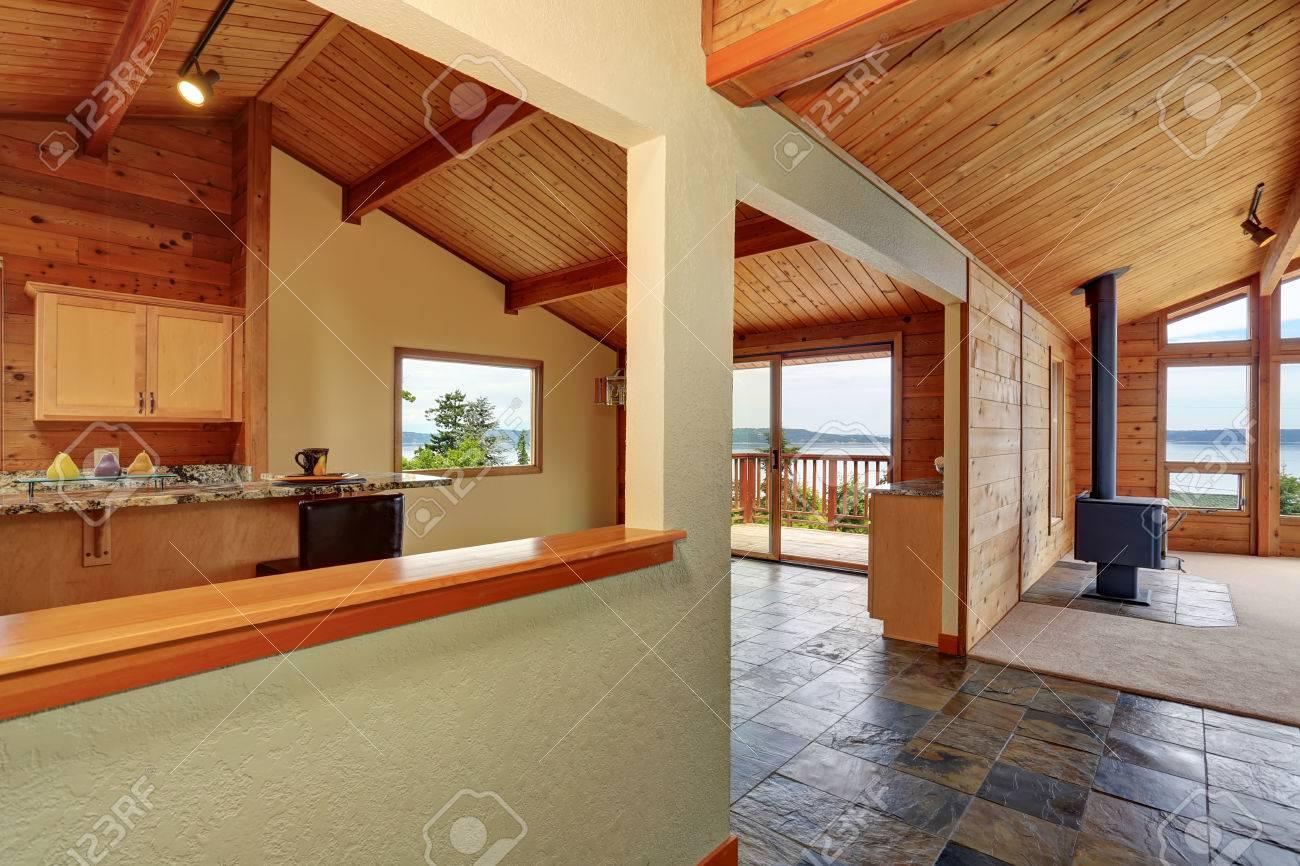 Holzverkleidung Haus Mit Offenem Grundriss. Küche Mit Granit Zähler ...