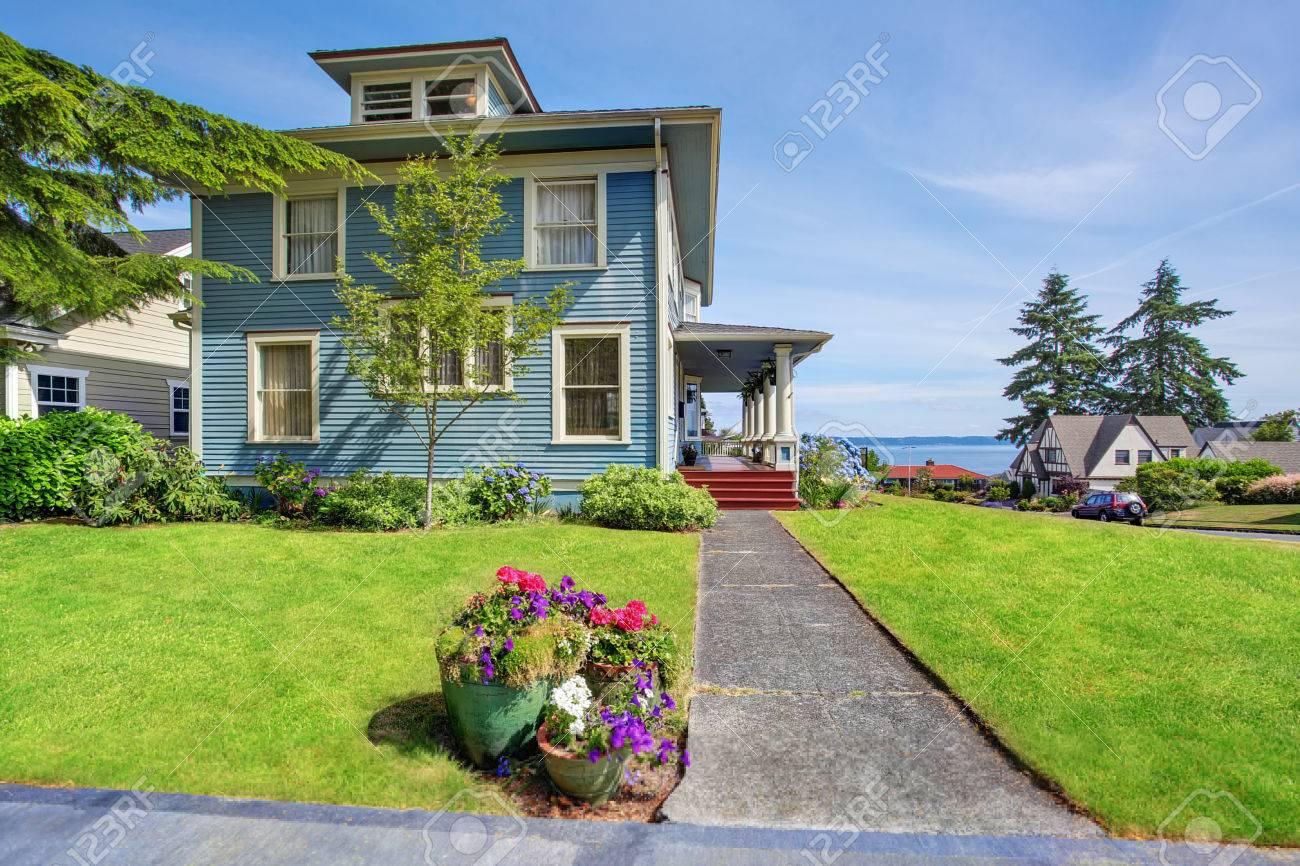 Jardin À L Américaine classique grand artisan vieux extérieur de la maison américaine dans les  tons bleus avec jardin bien entretenu et une vue parfaite de l'eau.