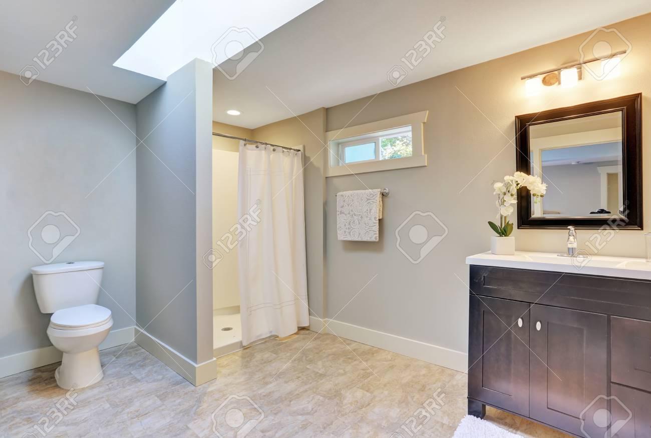Bagno Marrone Scuro : Scuro marrone armadietto di vanità con piano in granito doccia e