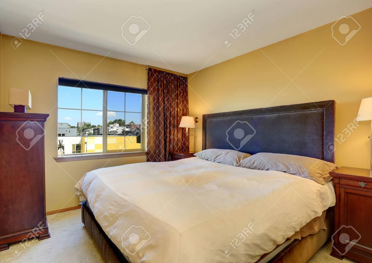 Intérieur de la chambre avec lit king size et rideaux marron. Nord-ouest  des États-Unis