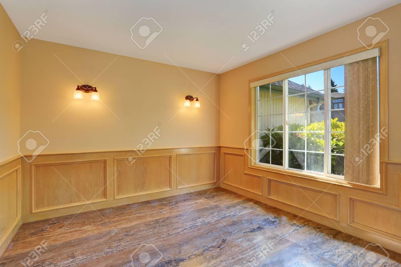 leerer raum interieur mit fliesenboden und holzverkleidung wände