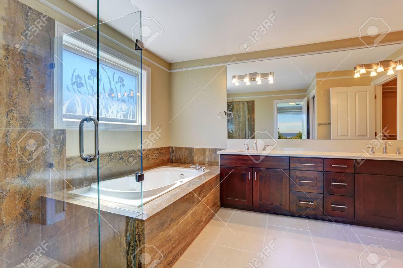Salle de bains intérieure de luxe avec grand meuble vasque, cabine de  douche en verre et baignoire blanc baignoire. Northwest, États-Unis