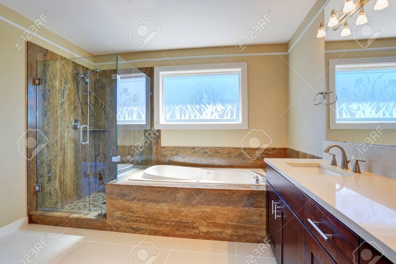 Salle De Bains Intérieure De Luxe Avec Grand Meuble Vasque, Cabine ...