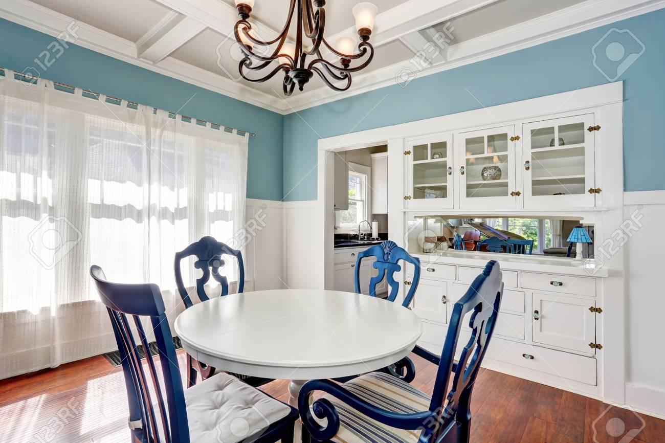 Salle à Manger Bleu Et Blanc Avec Une Belle Table Dressée Northwest