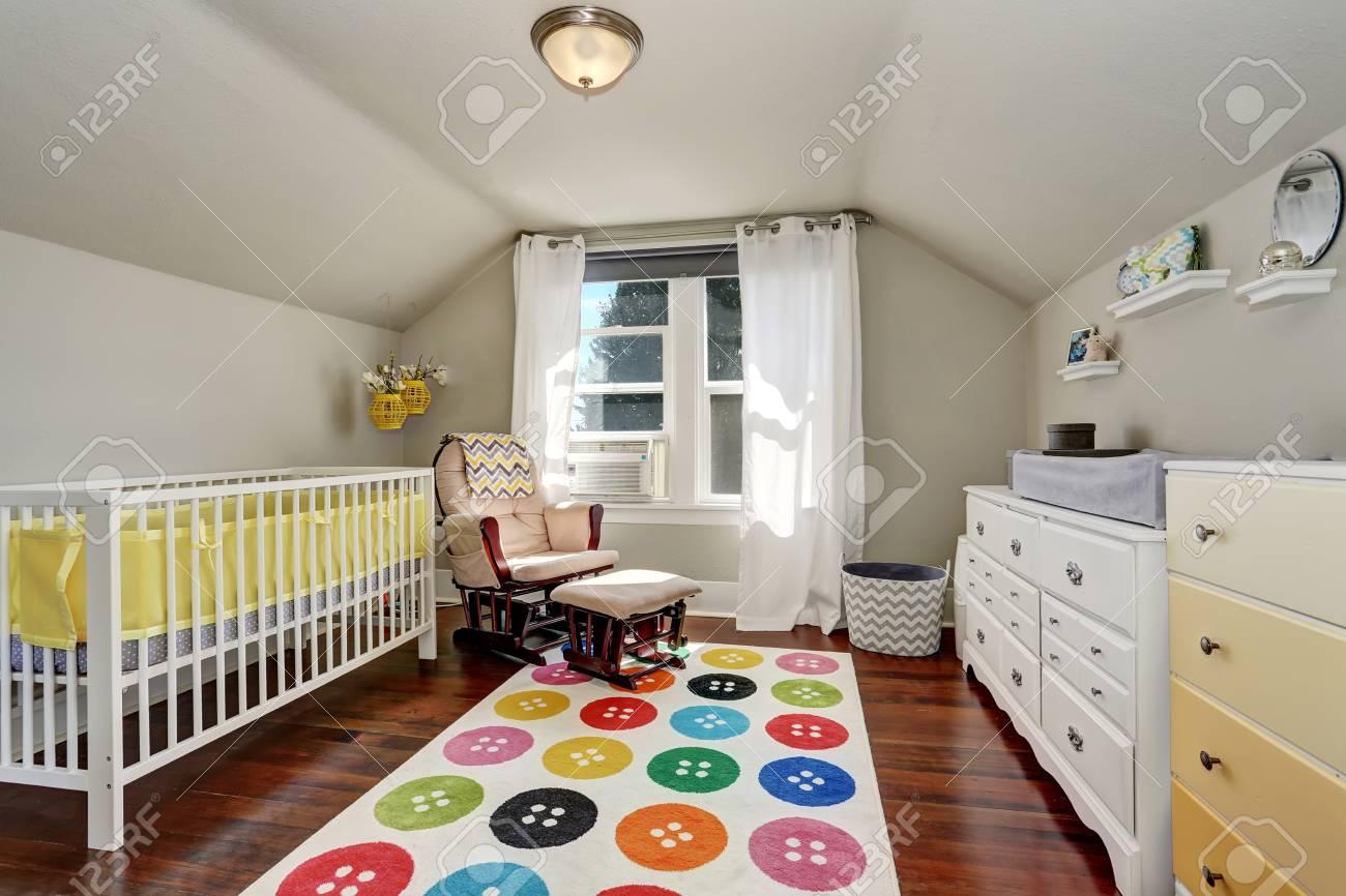 Kinder-Schlafzimmer Mit Schönen Krippe Und Bunten Teppich. Northwest ...
