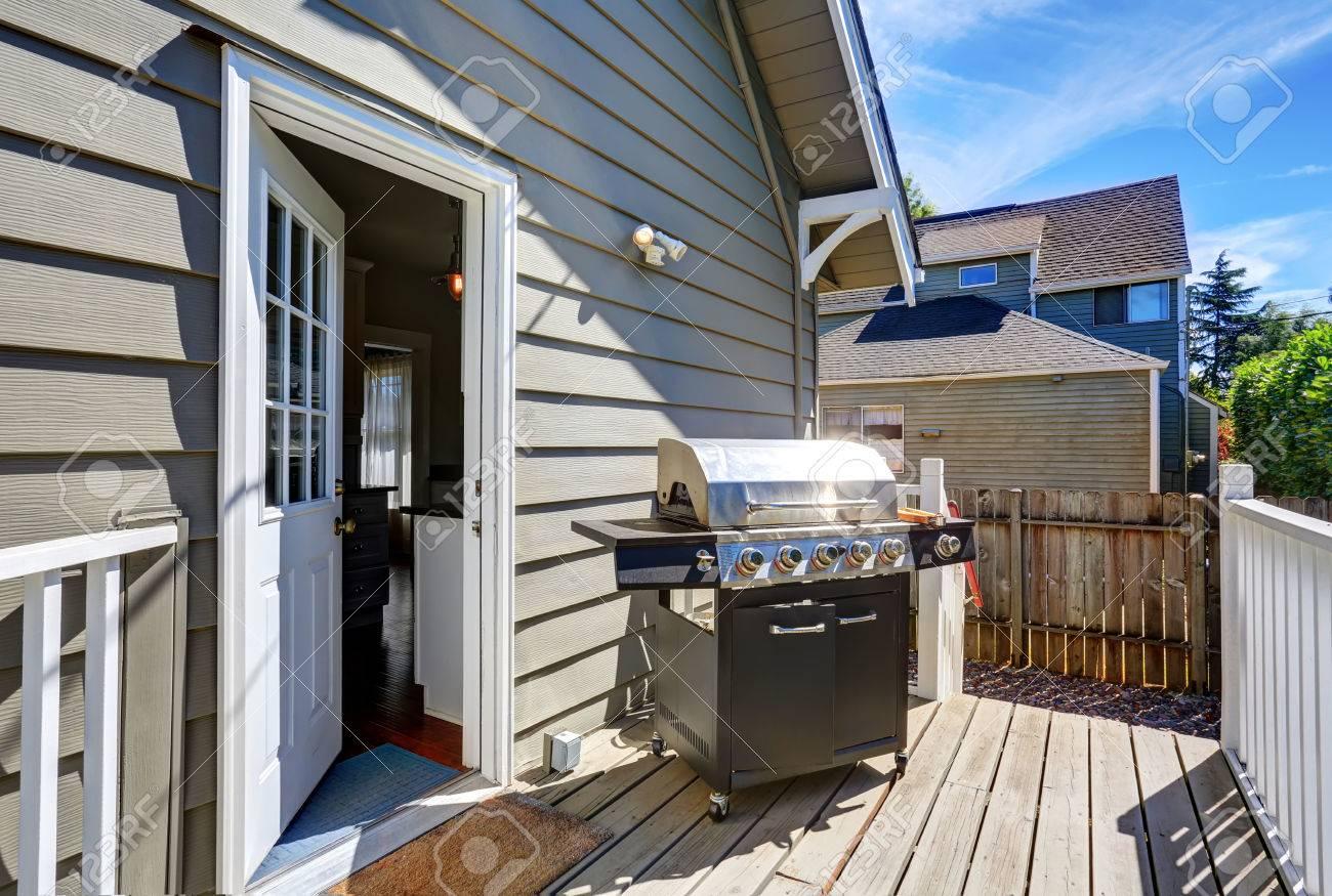 Barbecue En Pierre De Parement pont de débrayage en bois avec barbecue. maison bleue de parement avec  garniture blanche. northwest, États-unis