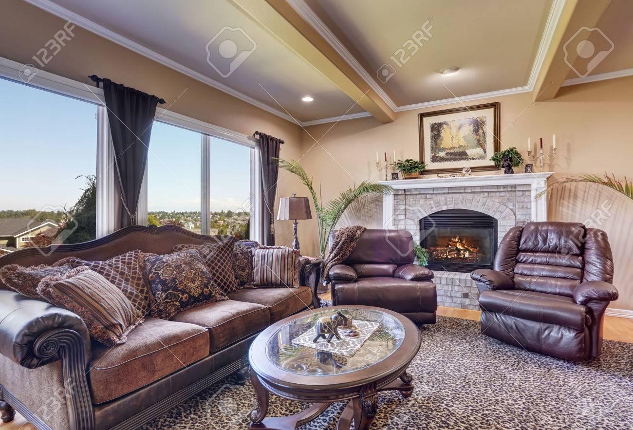 Luxus Wohnzimmer Mit Eleganten Vintage Mobeln Beige Wande Und Decke Mit Balken Nordwesten Usa Lizenzfreie Fotos Bilder Und Stock Fotografie Image 63737437