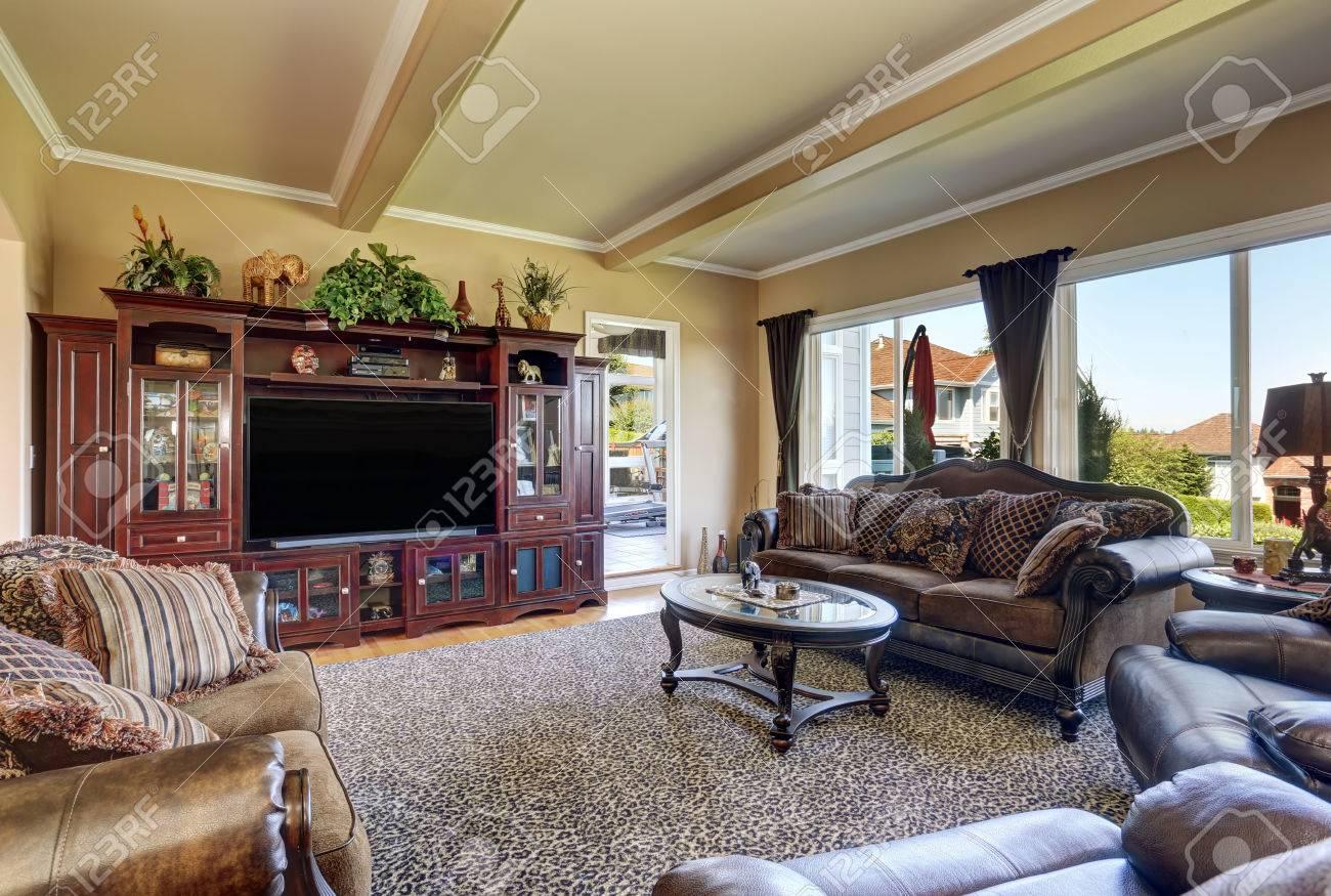 Luxuriöses Wohnzimmer Mit Eleganten Vintage-Möbeln. Beige Wände Und ...