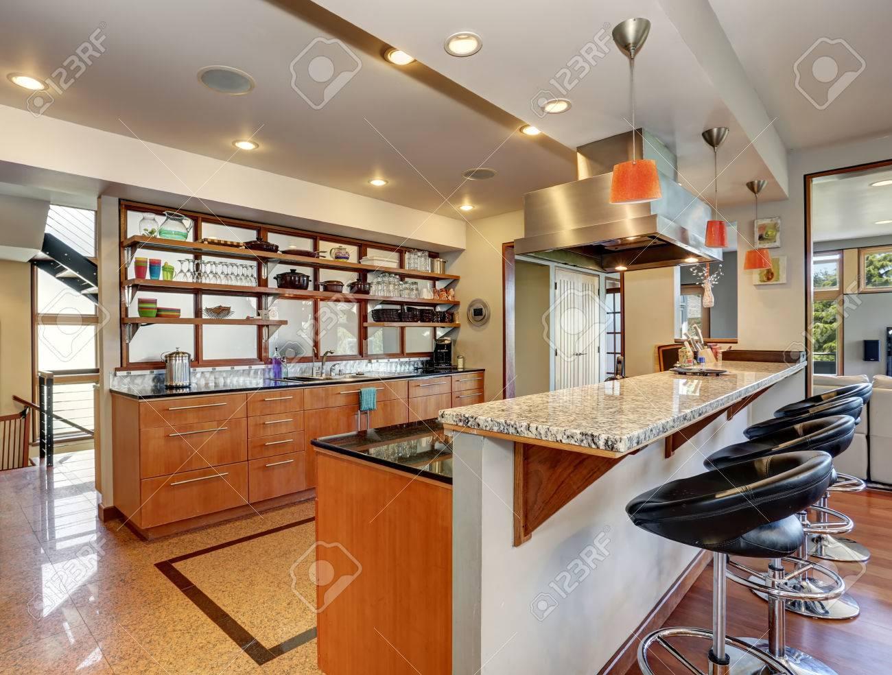 Interiore Della Cucina Con Lunghe Armadi In Legno E Mensole ...