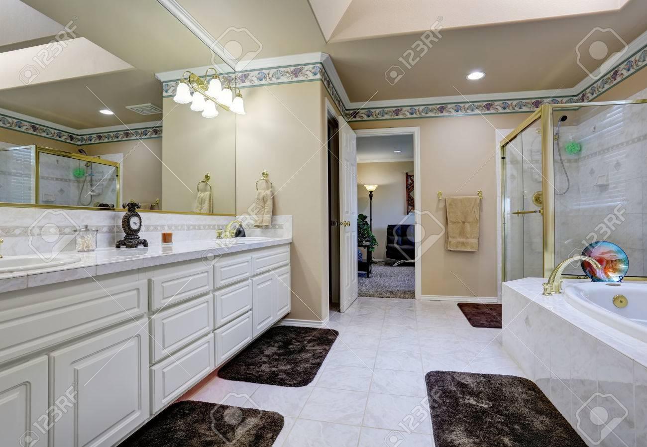 Bel intérieur de salle de bains luxueuse. Blanc vanité salle de bain  moderne, une baignoire avec garniture de tuiles et de douche en verre  blindé. ...