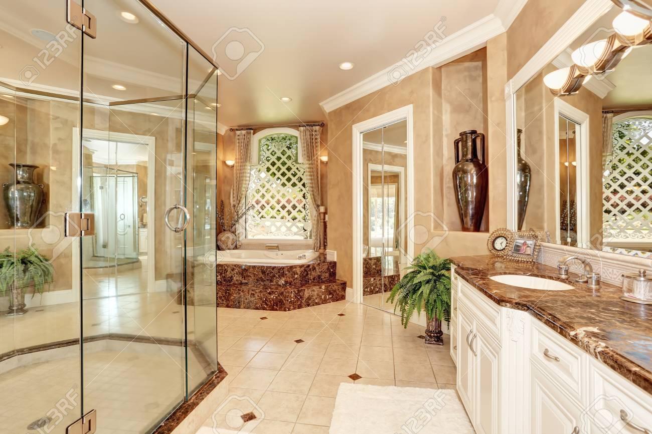 Magnifique Interieur De Salle De Bain En Marbre De Couleur Beige Grande Baignoire Avec Marches Et Grande Douche Vitree Nord Ouest Des Etats Unis