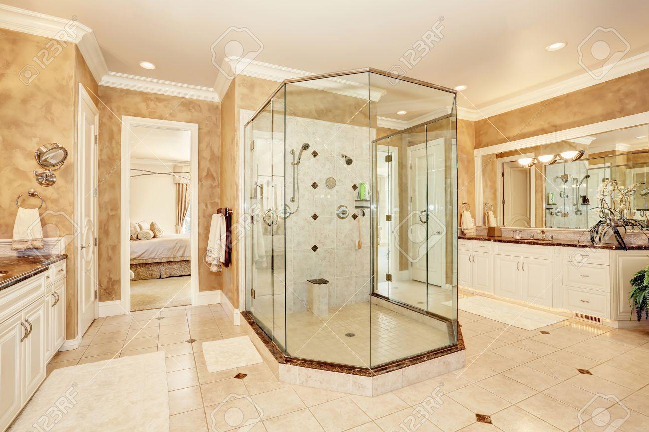 Belle Salle De Bain Interieure En Marbre De Luxe De Couleur Beige Grande Promenade De Verre Dans La Douche Et Deux Cabinets De Toilette Northwest
