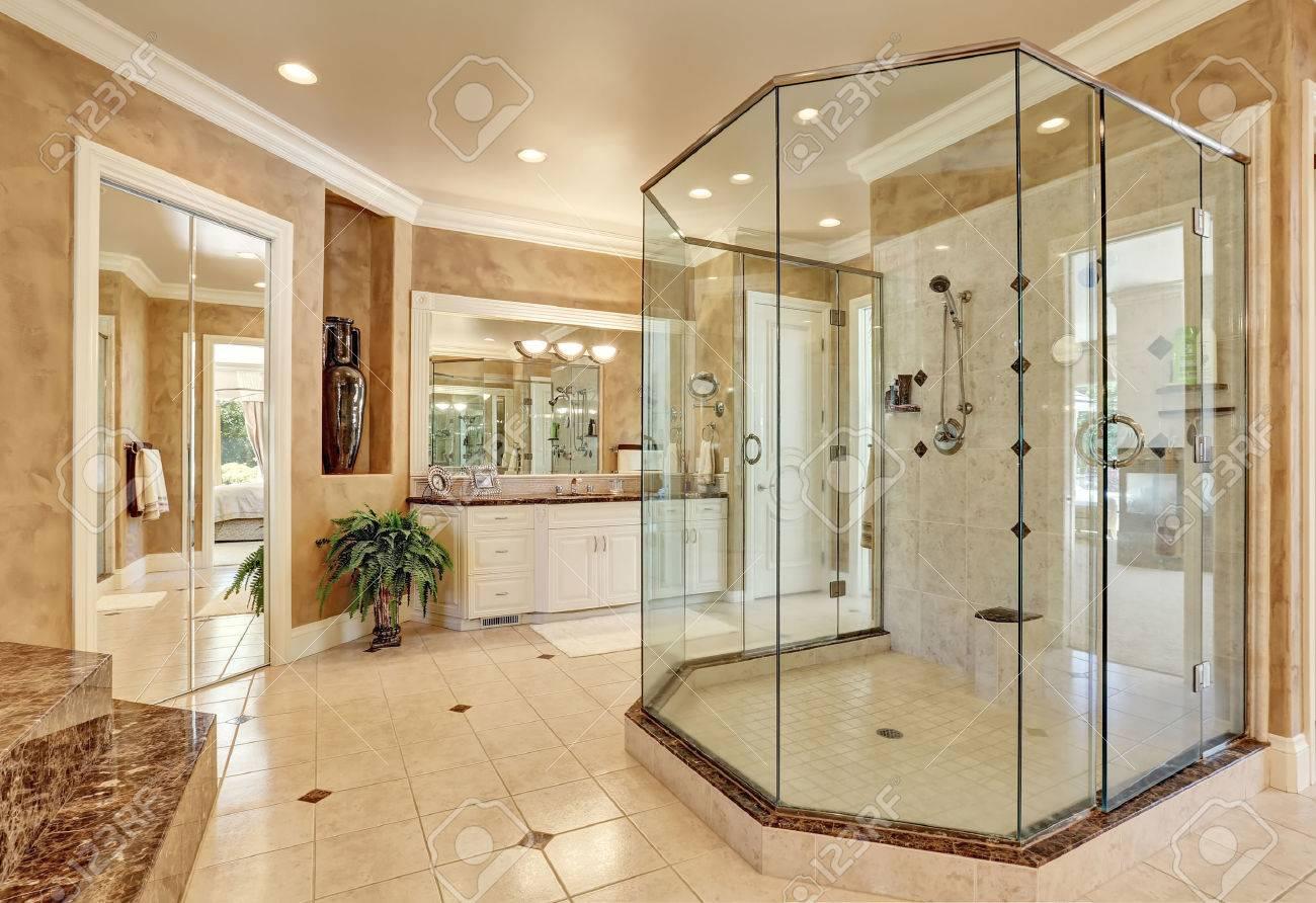 Schöne Luxus-Marmor-Badezimmer Interieur In Beige Farbe. Große Glas ...