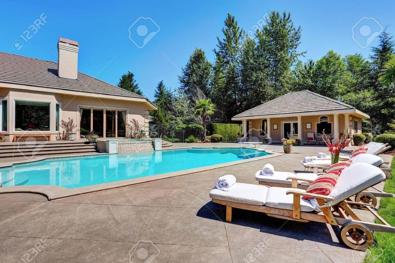 Grosser Garten Mit Pool Und Liegestuhlen In Der Amerikanischen