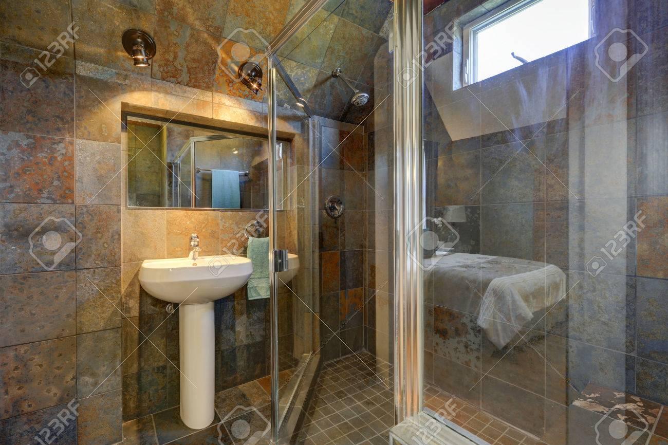 Salle de bains intérieure de luxe avec des murs en pierre, vue de douche en  verre et support de lavabo blanc. Northwest, États-Unis