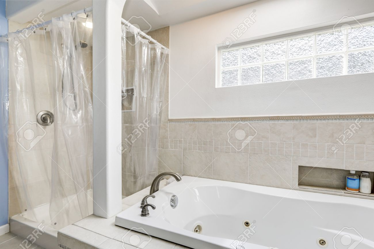 Standard Bild   Weiß Und Sauberes Badezimmer Mit Beige Fliesenverkleidung  Und Kleine Fenster, Badewanne Und Dusche. Northwest, USA