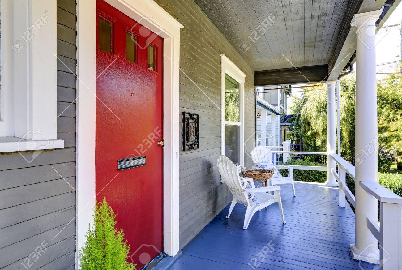Porche D Entrée Bois porche d'entrée avec des colonnes blanches, plancher en bois bleu et