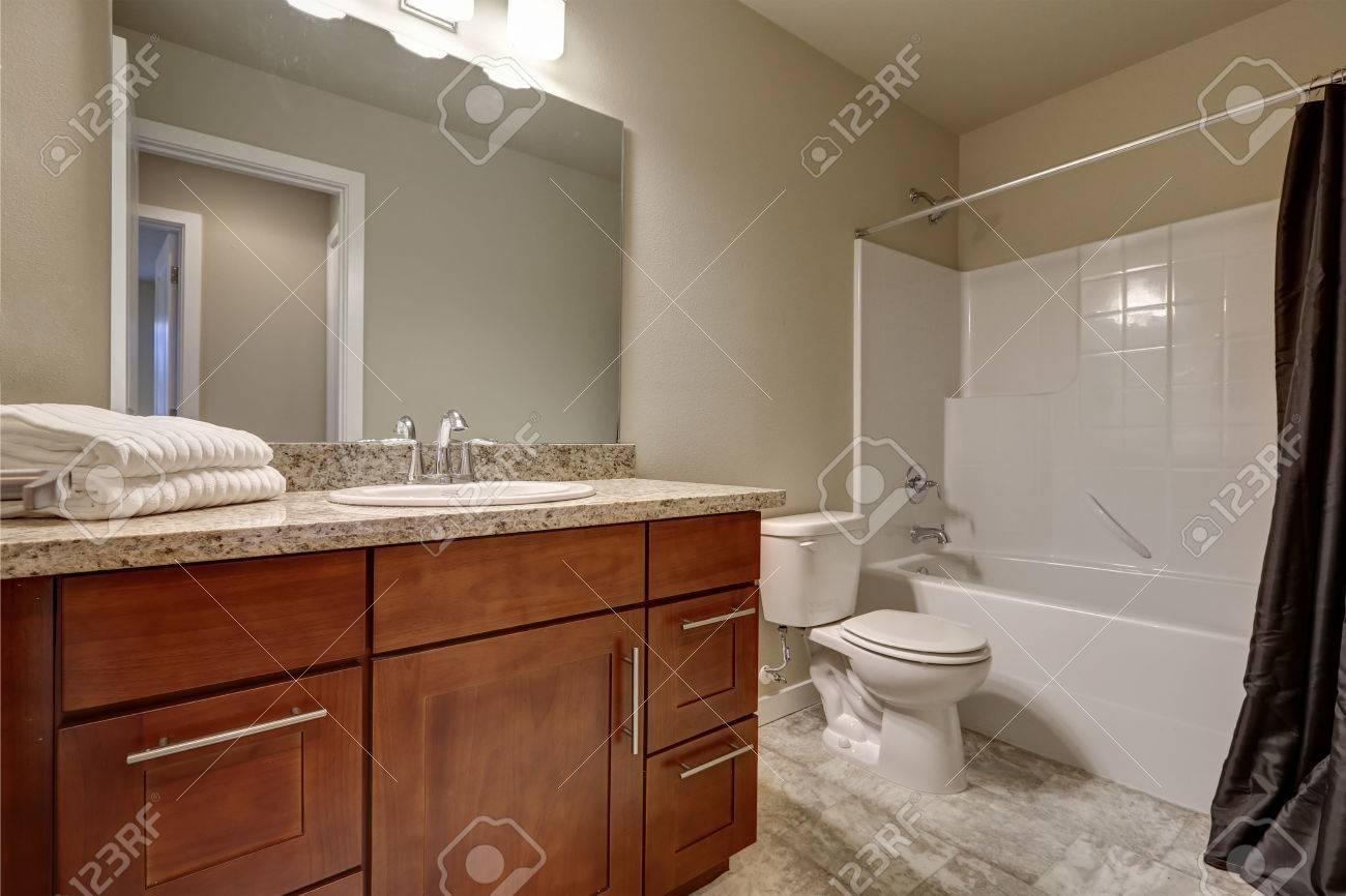 Intérieur de la salle de bain propre et chaleureux avec carrelage et murs  beiges. Northwest, États-Unis