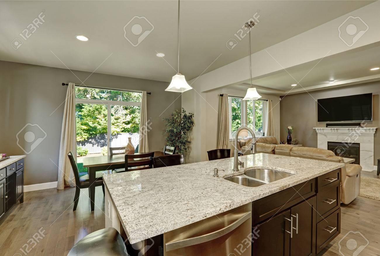 Große Küche Insel Aus Nächster Nähe. Hat Granit Zähler Nach Oben ...