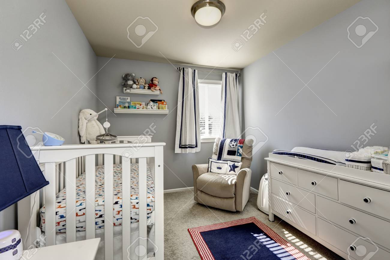 Interior Del Dormitorio Del Bebé, Sitio Del Muchacho. Paredes Grises ...