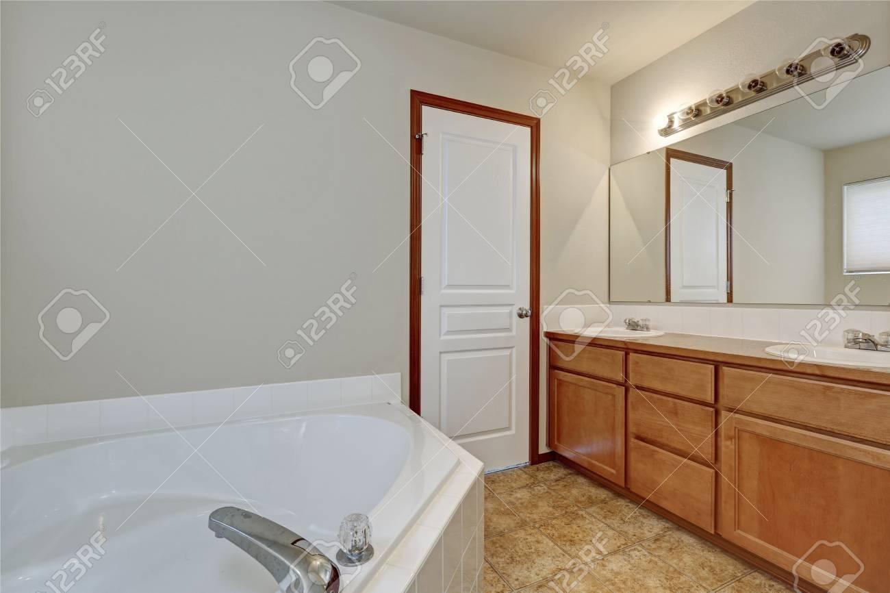 Intérieur de salle de bain blanc avec baignoire d\'angle et meuble vasque  avec deux lavabos. Nord-ouest, États-Unis