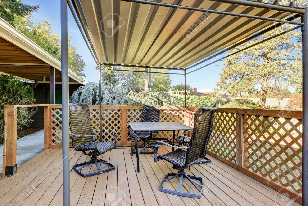 Terrasse en bois couverte avec table de patio ensemble. Heure d\'été.  Northwest, États-Unis