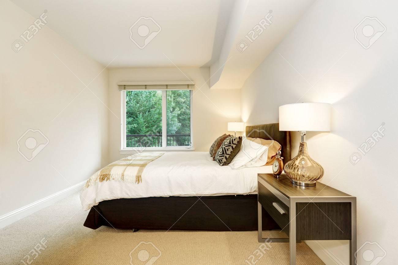 Habitación Ordenada Con Una Cama Y Mesas De Noche Con Lámparas ...