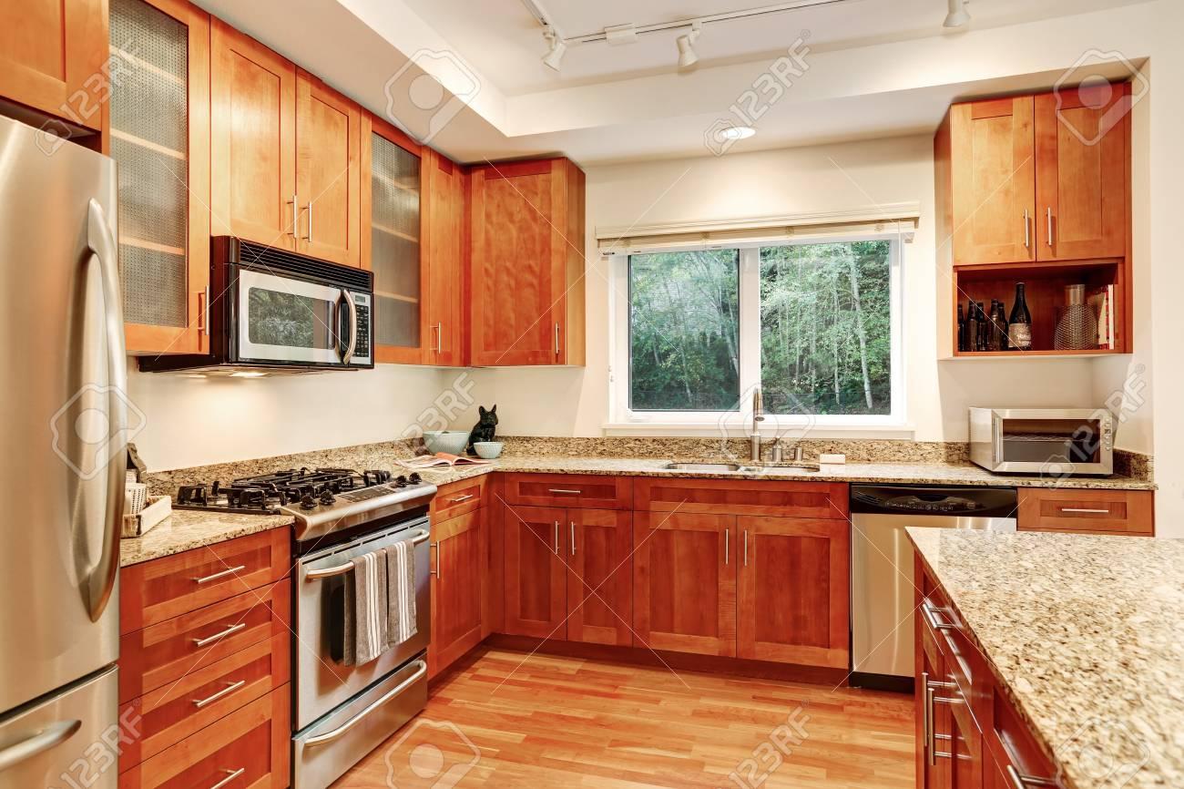 Apartment Küche Interieur. Holzschränke, Granitplatten Und ...