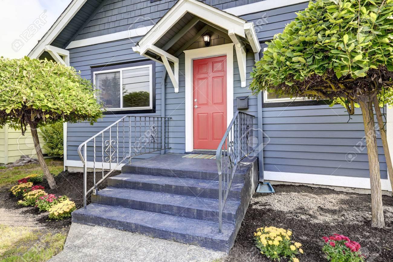 Amerikanische Haus Aussen In Der Blauen Farbe Mit Roten Haustur