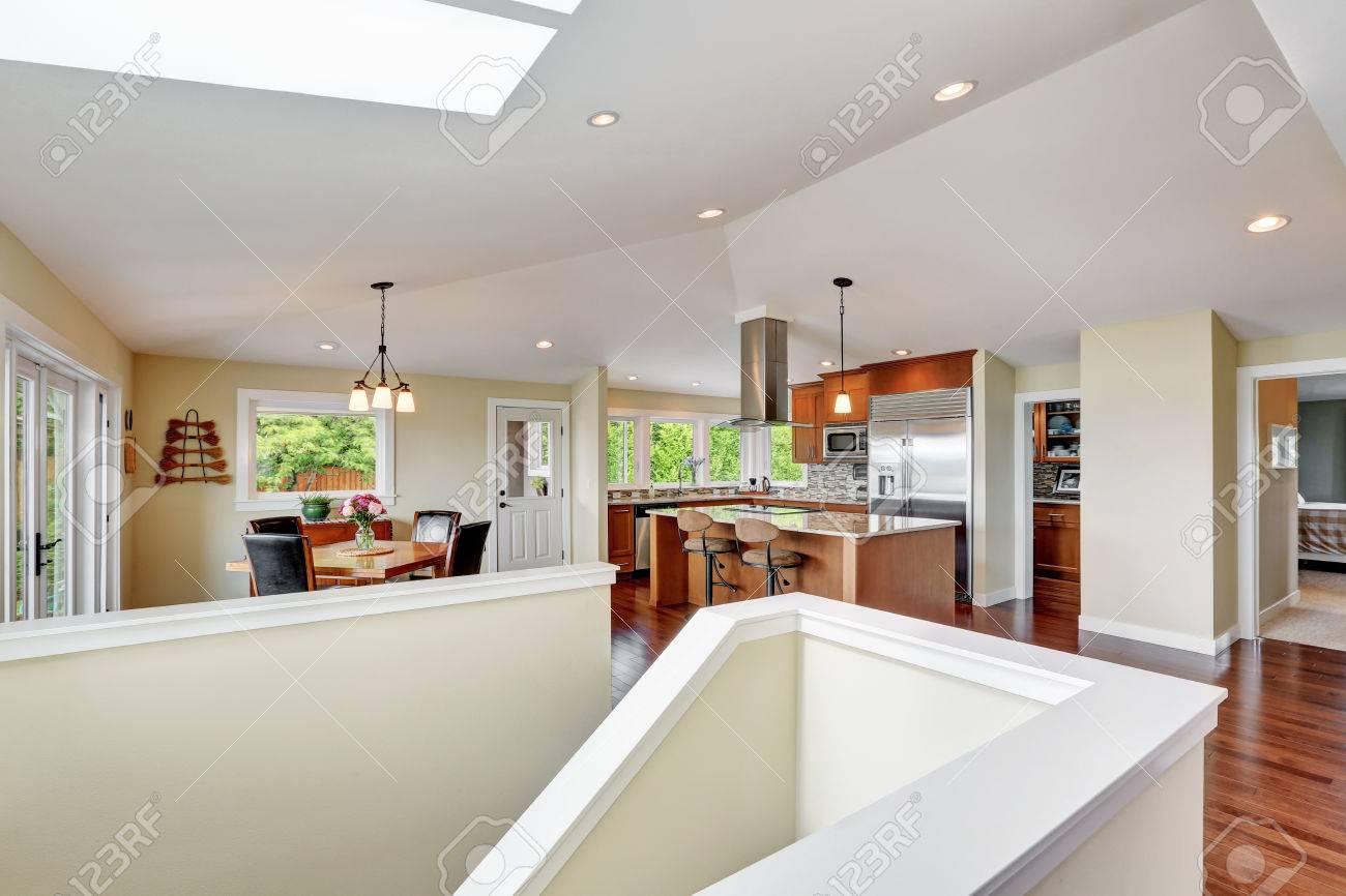 Intérieur de maison de luxe avec plan d\'étage ouvert, salle à manger et  cuisine moderne avec plafond voûté. Nord-Ouest, États-Unis